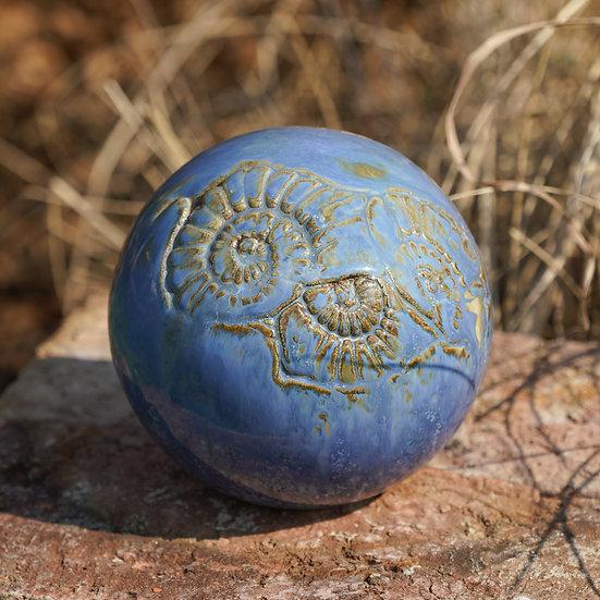 Gartenkugel aus Keramik in blau