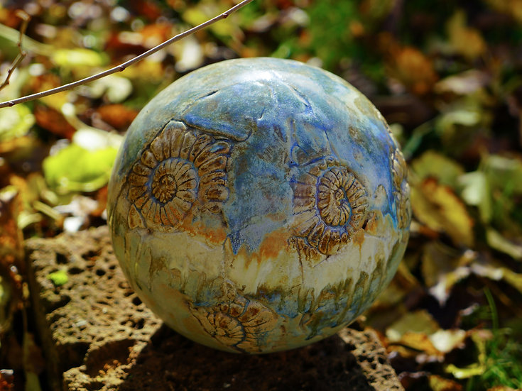 Gartenkugel in blau-sand