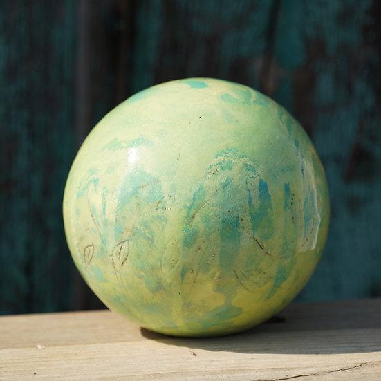 Gartenkugel aus Keramik mit Blattmusterung