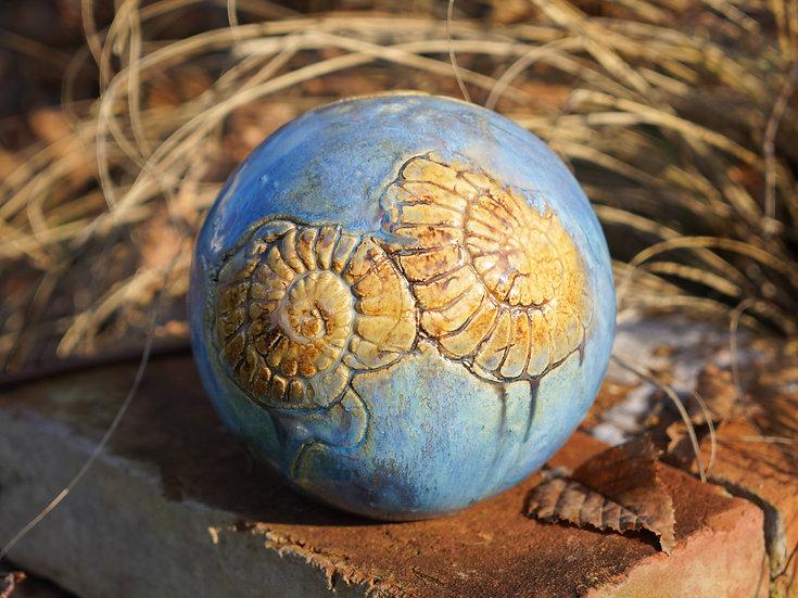 Ammoniten-Gartenkugel 'Karamell'
