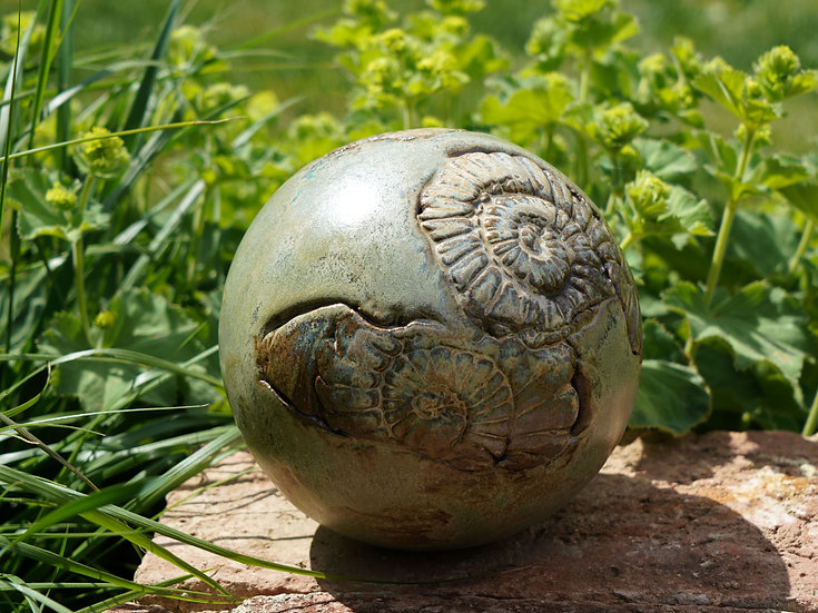 Gartenkugel aus Keramik in steingrün