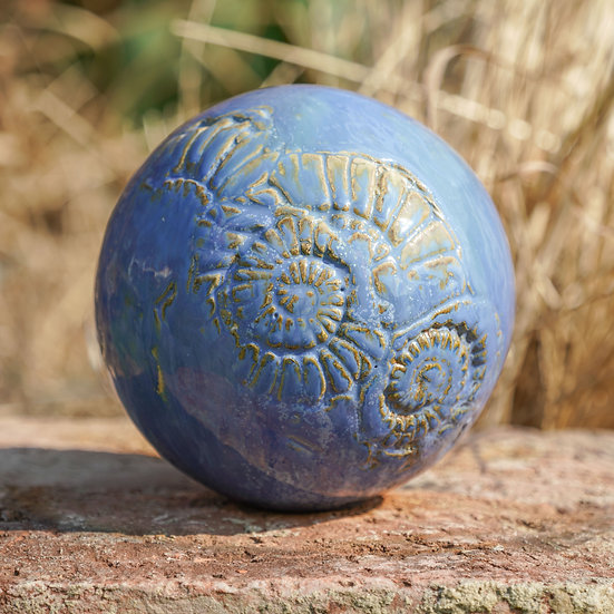 Gartenkugel aus Keramik in blau ll