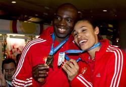Atleta_Obikwelu&NaideGomes_suas_medalhas.jpg