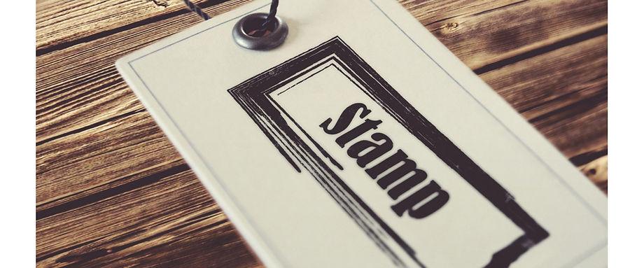 Оттиск готовой прямоугольной печати на белом листе бумаге,который лежит на рабочем столе в кабинете