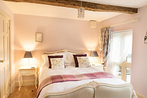 Courtyard Suite Kingsized Provencale Bed
