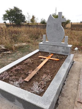 Constructii funerare granit gri deschis
