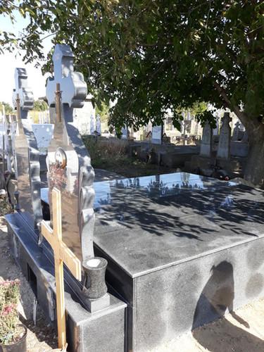 Constructie funerara granit gri inchis