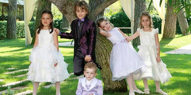 bambini vestiti a festa