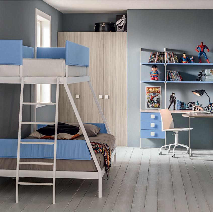 Un'isola studio pratica e confortevole, impreziosita da una libreria con supporti in metallo bianco, rendono meno pesante il momento dell'istruzione.
