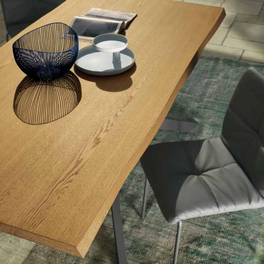 Tavolo Boston T50, fisso, metallo antracite, piano scortecciato sp. 45 mm in frassino Miele. Sedia Fanny, metallo antracite, ecopelle antracite.