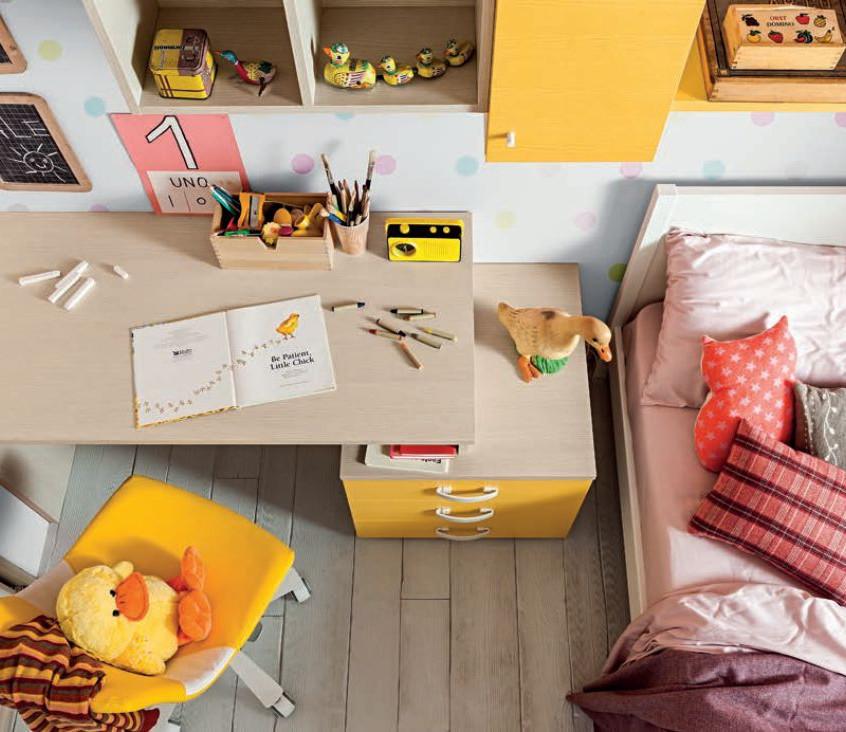 Soluzioni da comporre liberamente come note musicali. In evidenza la zona studio con piano scrittoio integrato alla cassettiera per soluzioni versatili anche in spazi ridotti.