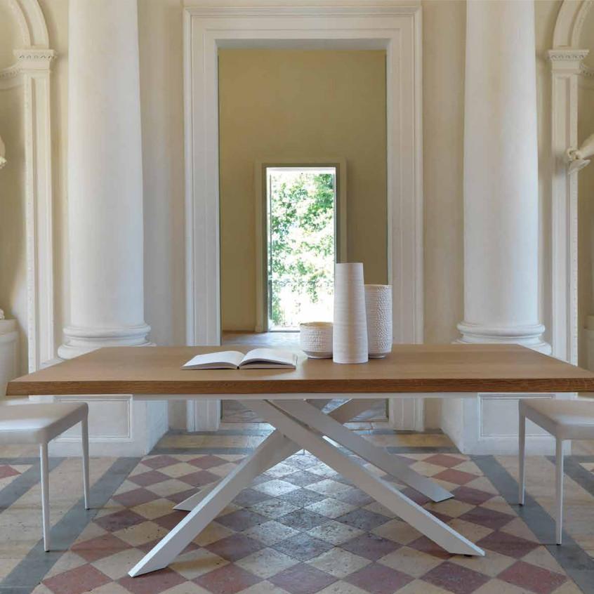 Tavolo Boston T50, fisso, metallo bianco, piano scortecciato sp. 45 mm in frassino Miele. Sedia Ginevra S120 ecopelle bianco.