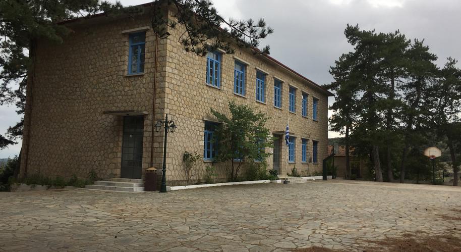 Καρυές_Το σχολείο (1).jpg