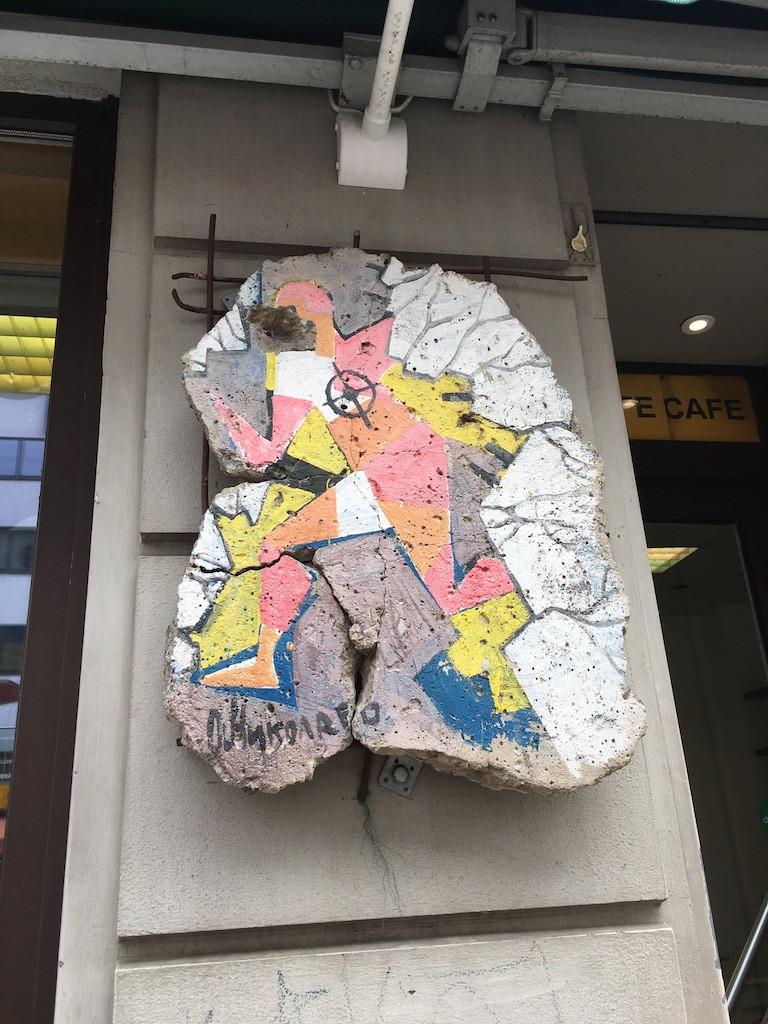 Check Point Charlie müzesi girişinde Berlin duvarından bir kesit
