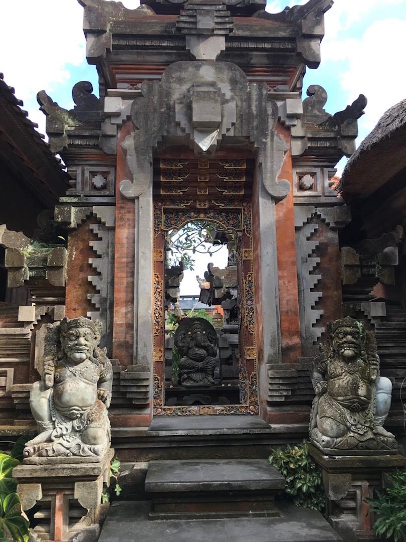 Bir başka tapınak girişi
