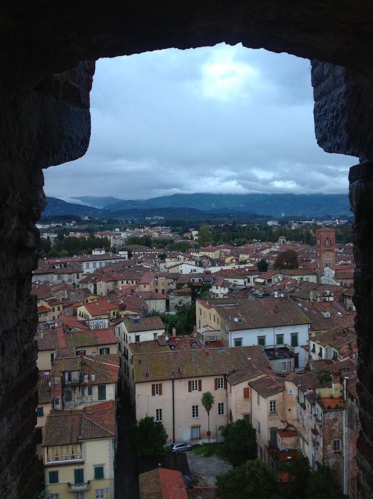 Torre Guinigi'den Lucca'nın bir bölümüne bakış, önceki seferden.