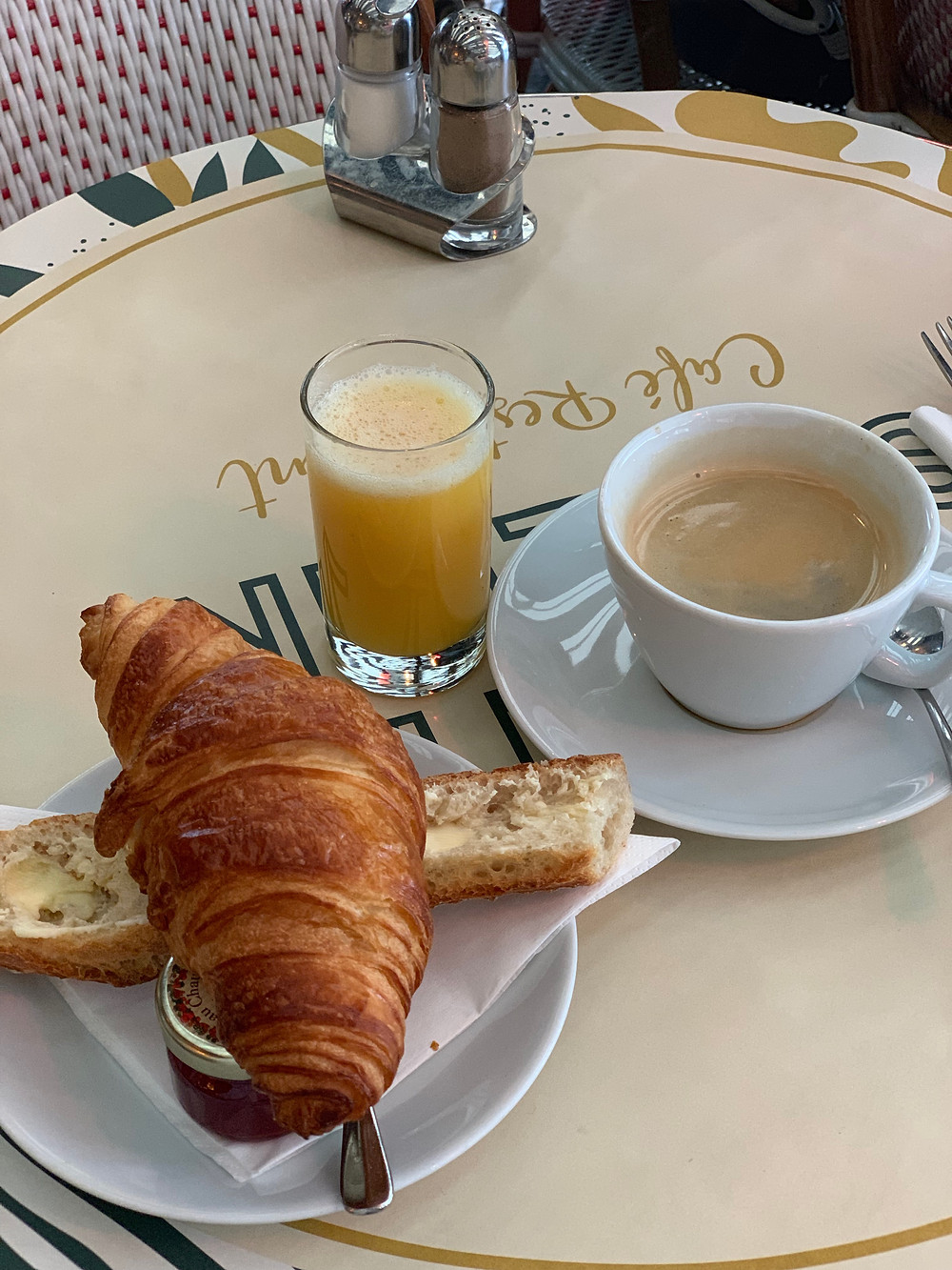 Croissant, kahve, reçel, tereyağlı ekmek