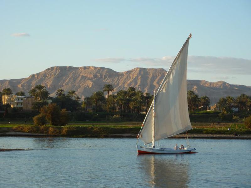 Nil üzerindeki yelkenli Felucca