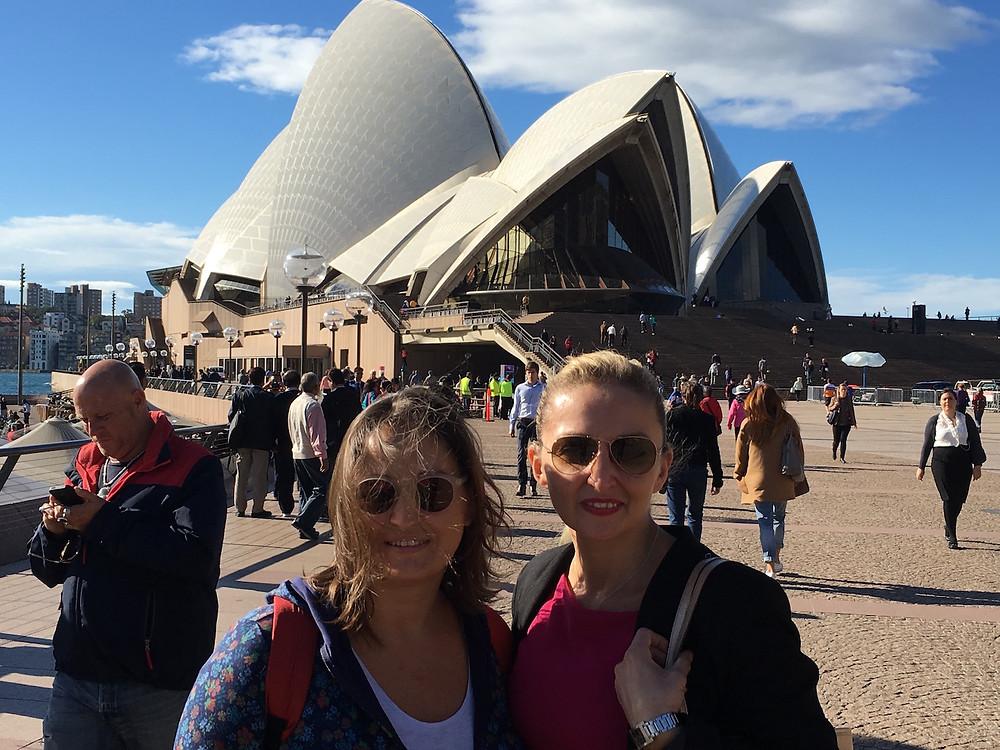 Aylin'le opera binası önünde