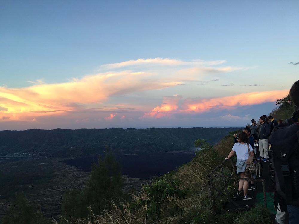 Mt. Batur'un tepesinden günün doğuşu