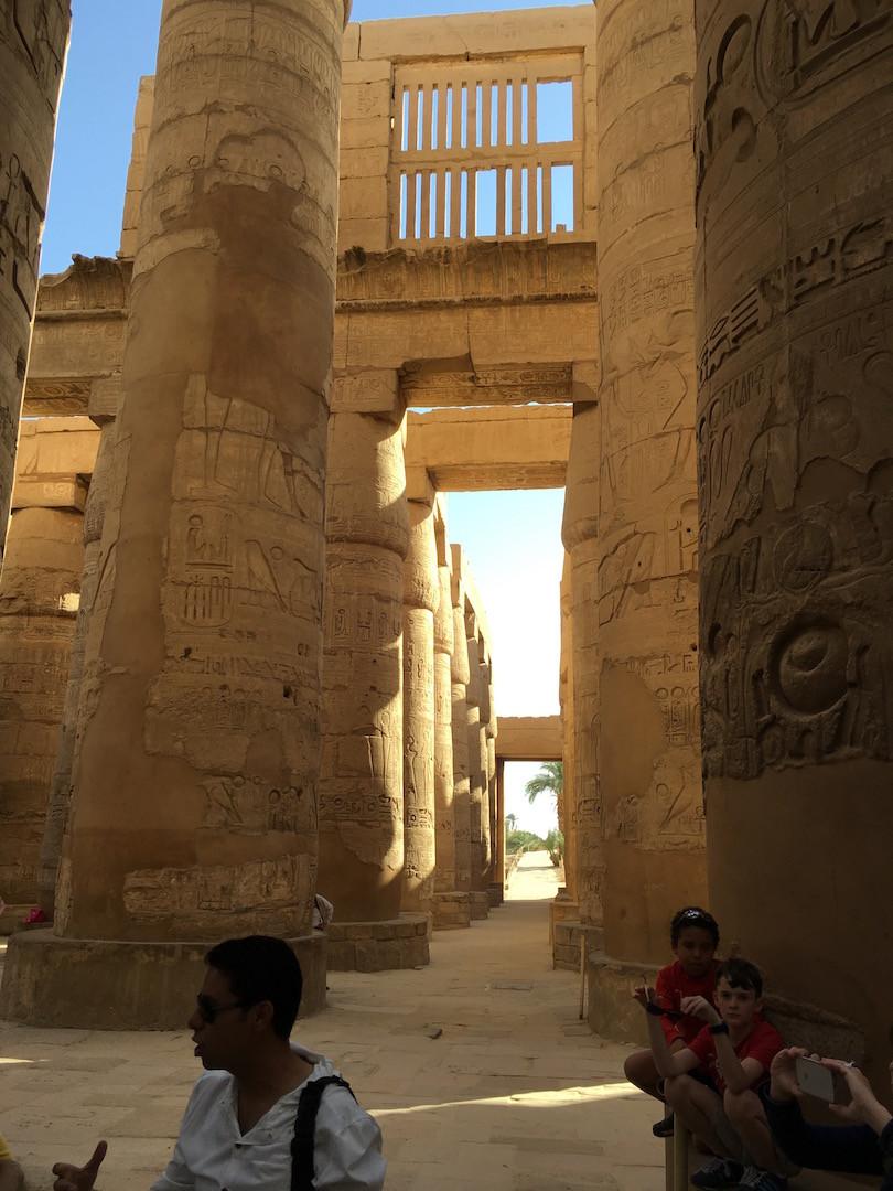 Karnak'taki Büyük Hol ve rehberimiz Mohammed