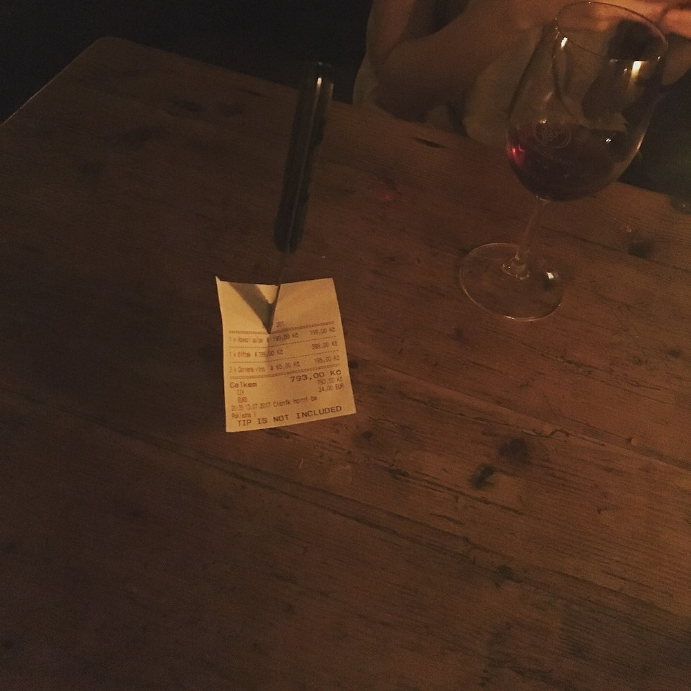 Prag'da masaya saplanan hesap