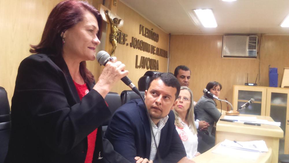 À frente, Viriginia Berriel, o vereador Alexandre Gomes, Rosangela Coelho, Marlos Costa e a promotora Renata Neme