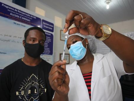 Niterói vacina adolescentes e inicia dose de reforço em idosos