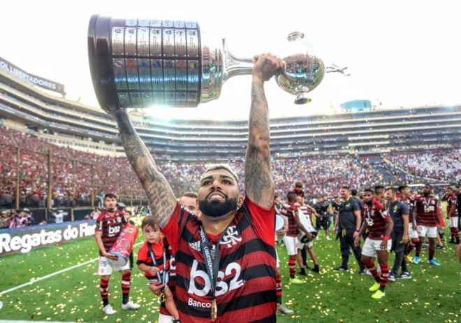 Gabigol levanta a taça/Foto: Twitter Oficial/Conmebol