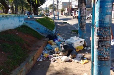 Um café na Praça dos Bandeirantes, ao lado das pilhas de lixo, por Mário Lima Jr.