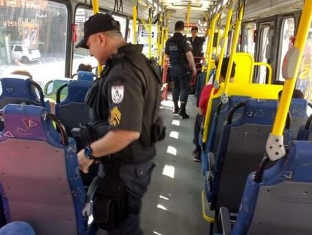 PMs fazem revista em ônibus de São Gonçalo