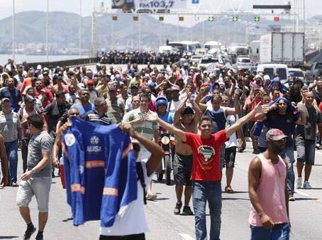 Trabalhadores ocupam ponte