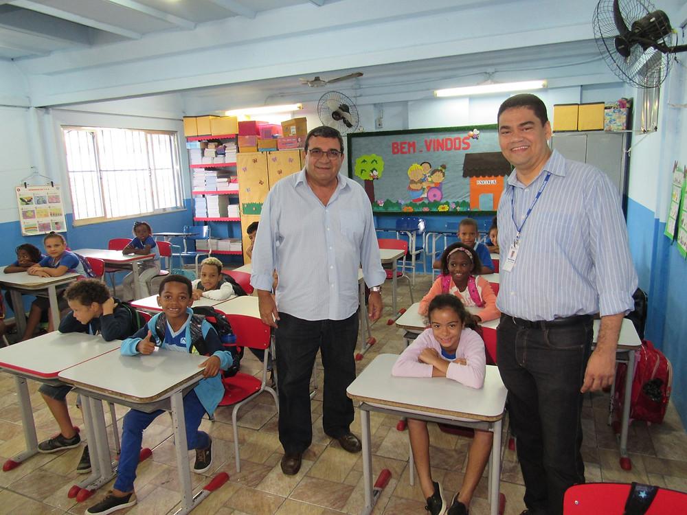 O prefeito José Luiz Nanci e o secretário Marcelo Azeredo visitam escola no Monjolos/Foto: Divulgação