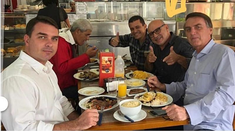 Relação próxima de Bolsonaro com Fabrício Queiroz está registrada em fotos pessoais / Foto: Reprodução/Internet