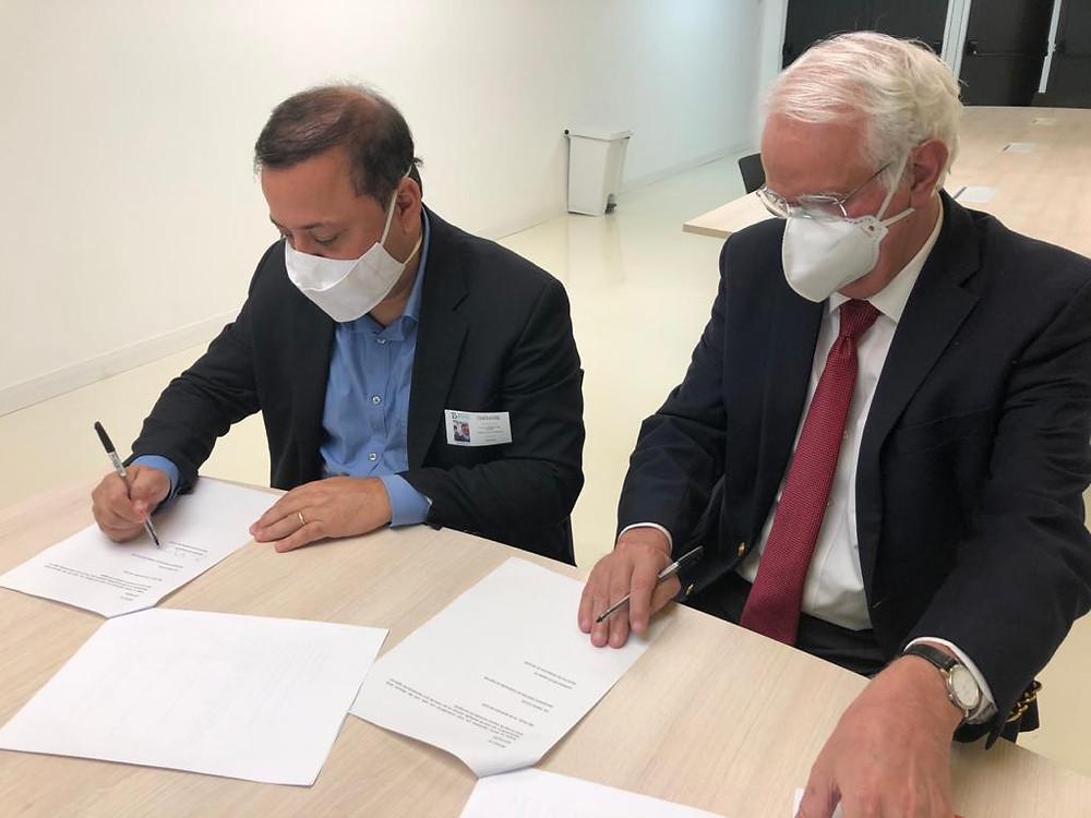 O prefeito Rodrigo Neves assinou o memorando na presença do Raul diretor do Butantan Machado/Foto: Divulgação