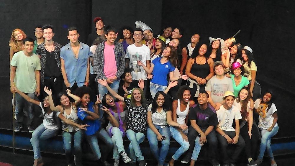 Fernando Mattos (sentado ao centro) coordena o FestinCewo que conta com 80 pessoas entre atores/atrizes e pessoal de apoio