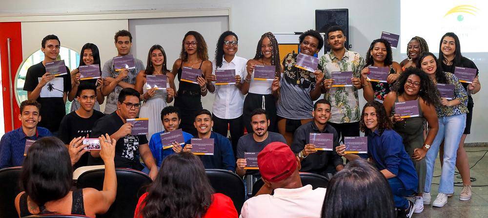 Alunos recebem certificado/Foto: Divulgação