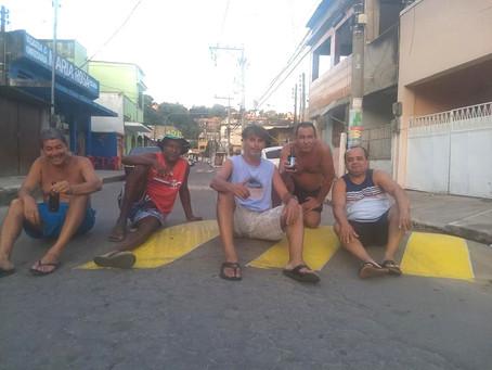 Moradores sinalizam quebra-molas em rua do Porto Velho