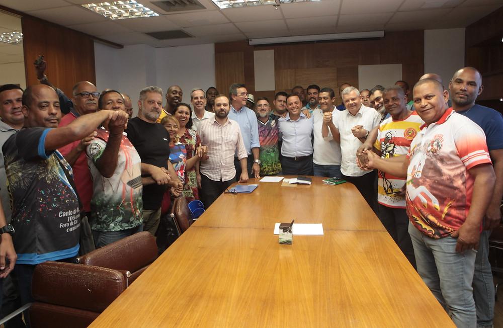O prefeito Rodrigo Neves recebeu os representantes das Escolas/Foto: Berg Silva