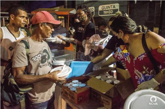Membros de uma igreja distribui quentinhas no Centro de São Gonçalo no início da pandemia/Foto: Reprodução Internet