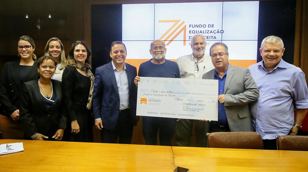 Prefeito Rodrigo Neves recebeu o cheque simbólico/Foto: Luciana Carneiro
