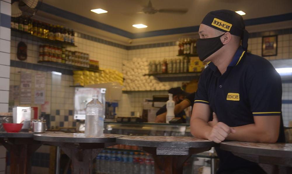 Estabelecimentos devem oferecer álcool 70%/Foto: Agência Brasil - Tânia Rêgo