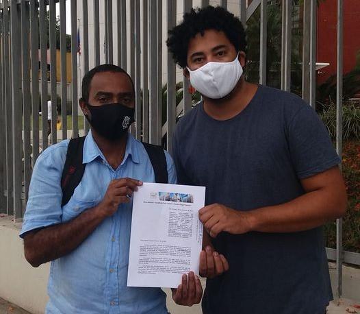 Prof. Josemar e Romario Regis apresentam denúncia em frente à sede do MP/Foto: Reprodução Facebook