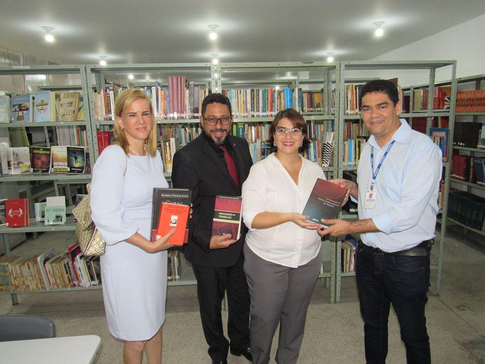 Membros da diretoria da OAB participaram do ato de entrega junto ao secretário Marcelo Azeredo/Foto: Divulgação