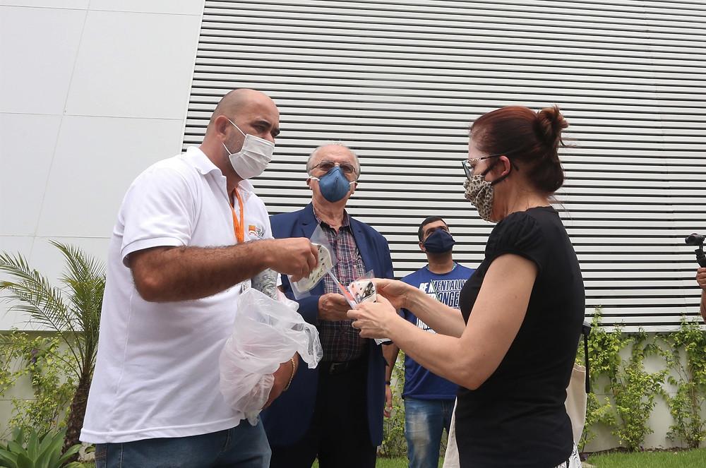 Agentes da prefeitura distribuem máscaras à população/Foto: Divulgação
