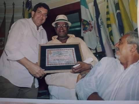 Betto recebendo reconhecimento do vereador Magaldi/Foto: Arquivo pesoal