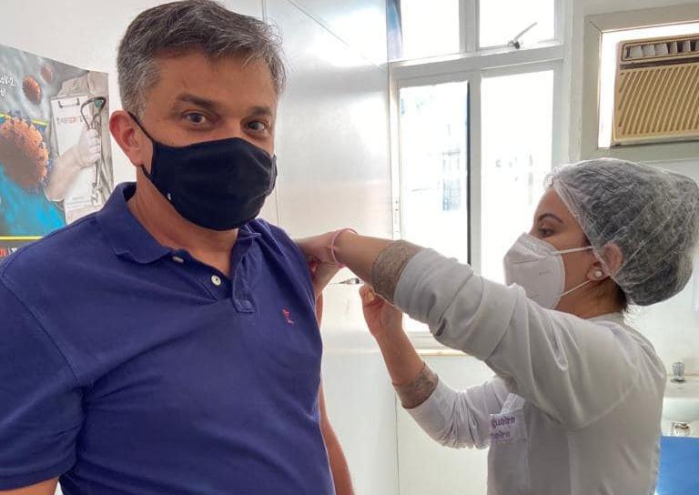 Dimas, tomando a segunda dose de Astrazeneca/Foto: Divulgação