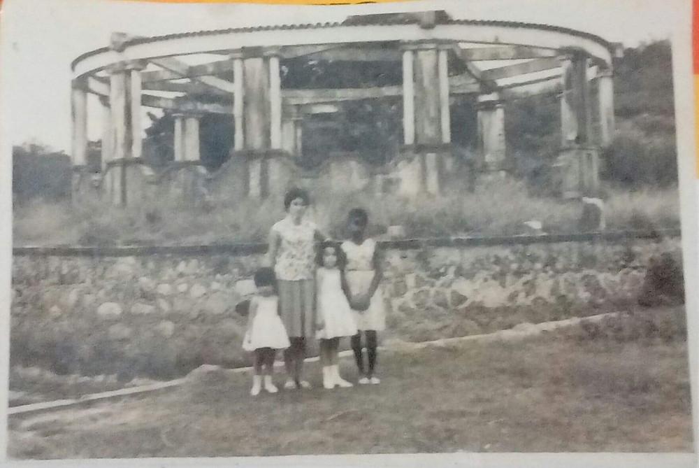 Ano de 1964, a Piscina do Morro do Castro. Construção importante de lazer para a população. Foto do acervo de Leila Aguiar, moradora do bairro em questão e leitora do Jornal Daki. No detalhe, familiares da própria Leila.