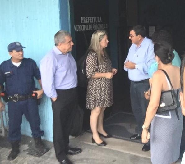 Nanci recebe representantes da Enel na porta da prefeitura