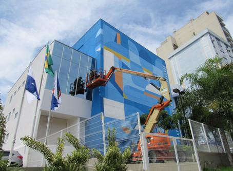 Marcelo Eco assina obra na fachada do Teatro Municipal de São Gonçalo